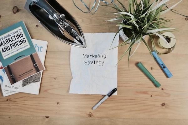 Auf einem Zettel steht das Wort 'Marketingstrategie'.