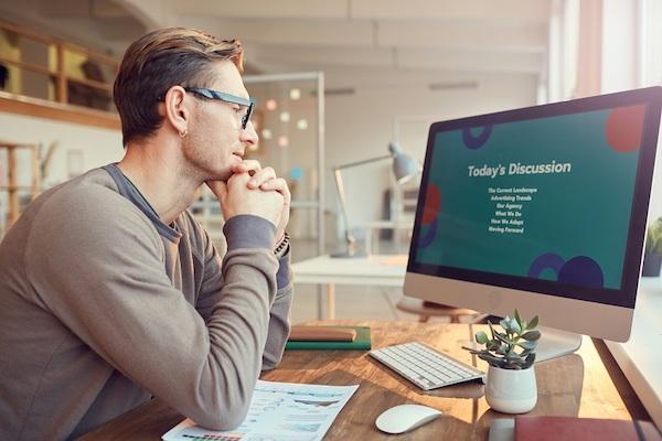 Ein Mann bearbeitet eine digitale Präsentation.