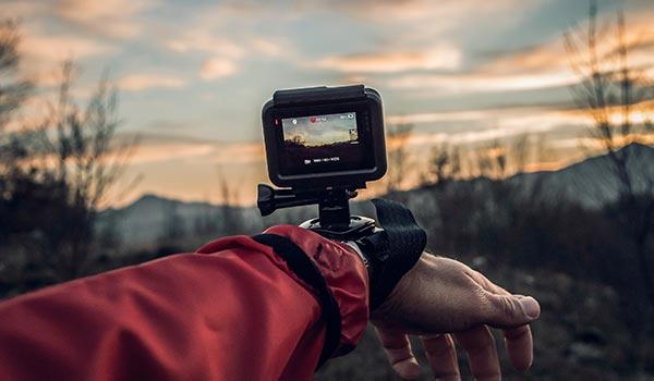 Eine GoPro-Kamera im Einsatz in freier Natur.