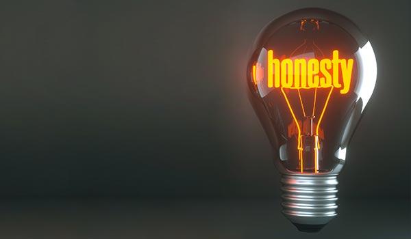 Eine Glühbirne, in der das Wort 'Ehrlichkeit' steht.