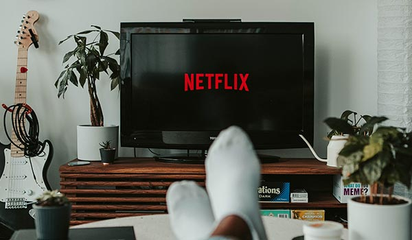 Eine Person schaut auf ihrem Fernseher Netflix.
