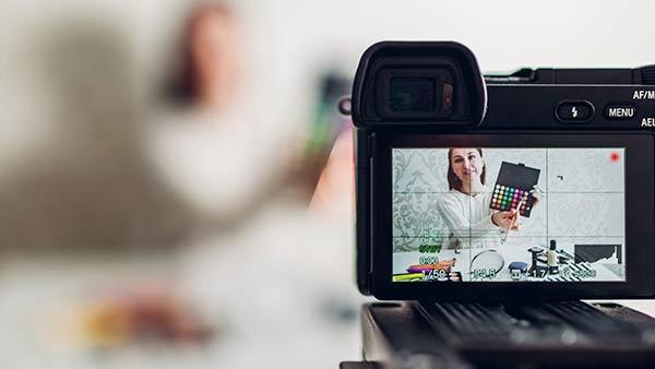 Ein Video wird mit einer Kamera aufgenommen.