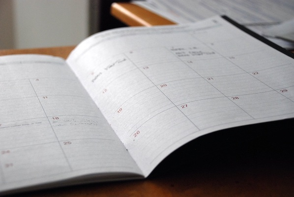 Ein geöffneter Kalender.