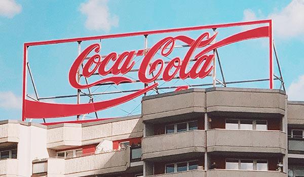 Auf einem Gebäude befindet sich ein Schild von Coca-Cola.