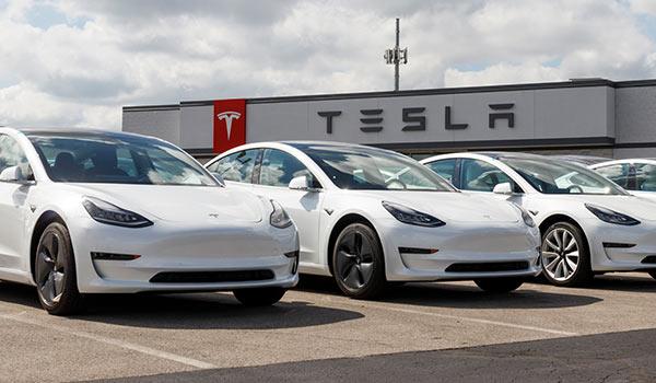 Eine Abbildung von Fahrzeugen der Marke Tesla.
