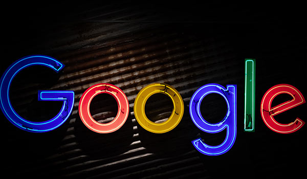 Das Logo von Google als Leuchtreklame.