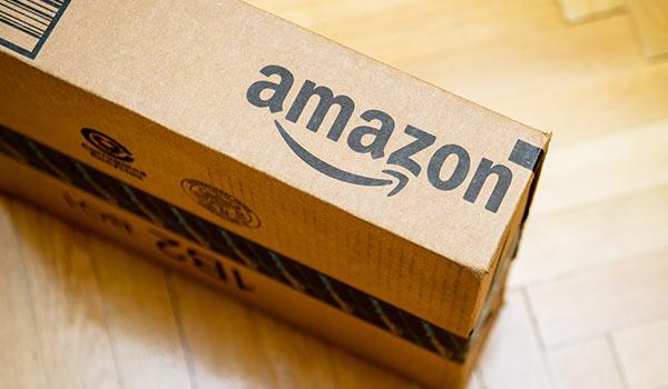 Auf einer Kiste befindet sich das Logo von Amazon.