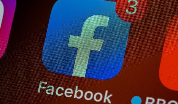 Auf einem Smartphone wird das Logo von Facebook angezeigt.