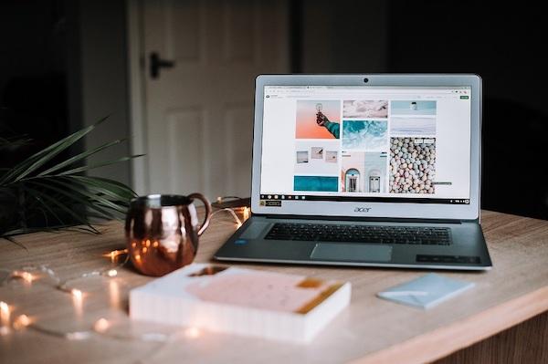 Ein Laptop steht auf einer Arbeitsplatte.