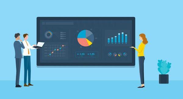 Marketingexperten stehen rund um einen Bildschirm voller Diagramme und Daten und besprechen, wie sie E-Mail-Kampagnen optimieren können.