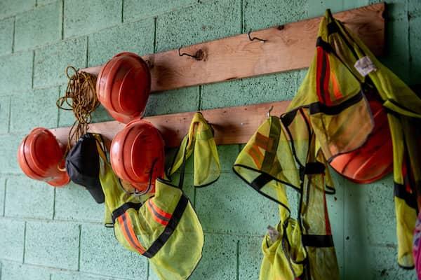 An einer Wand hängen verschiedene Teile an Sicherheitsausrüstung.