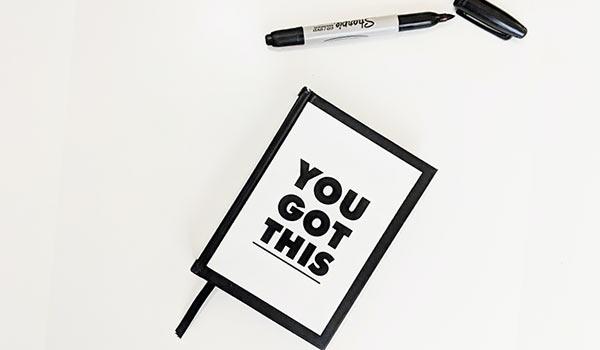 Ein Schild mit der Aufschrift 'Du schaffst das'.