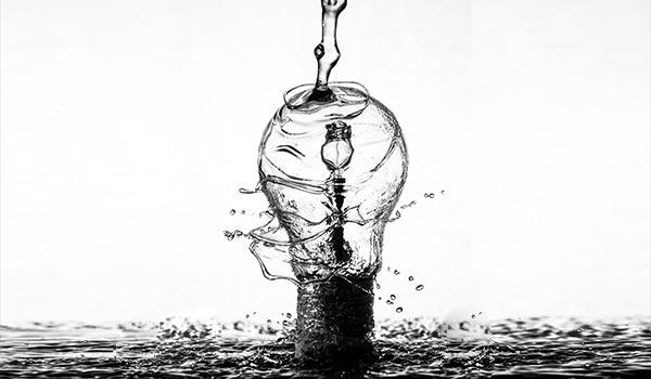 Eine Glühbirne, die aussieht als wäre sie aus Wasser.