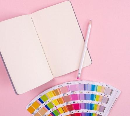 Eine Farbschablone neben einem Notizbuch.