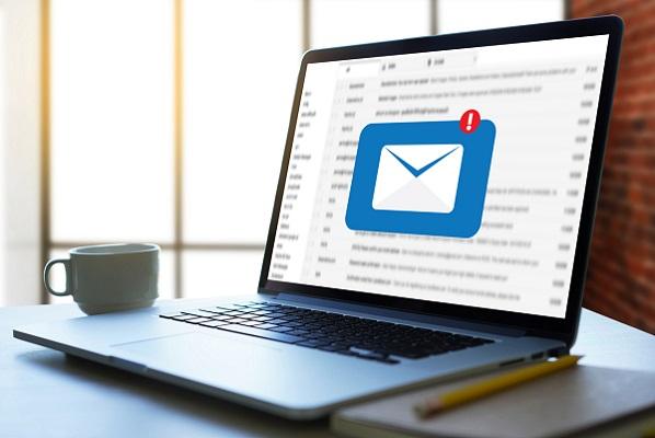 Ein Laptop, auf dessen Bildschirm das Symbol für eine neue E-Mail angezeigt wird.