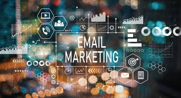 Auf einer digitalen Anzeige mit vielen Symbolen steht der Begriff 'E-Mail Marketing' in der Mitte und ist mit allem verknüpft.