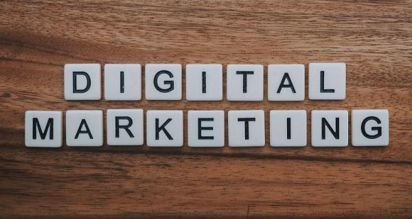 Buchstabenblöcke bilden das Wort Digitalmarketing.