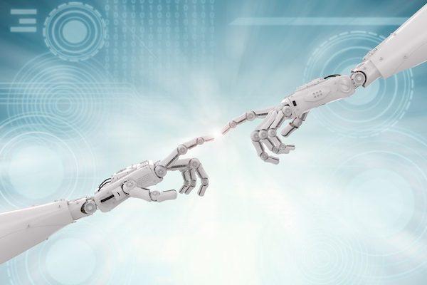 Zwei Roboterhände, die sich mit den Zeigefingern berühren.