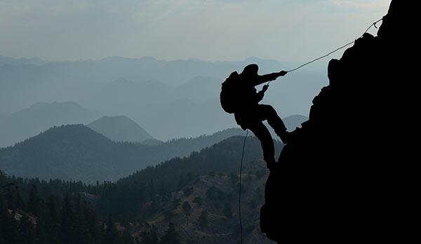 Ein Mensch erklimmt einen Berg.