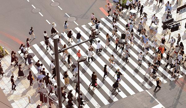Eine Gruppe von Menschen beim Überqueren einer Straße.