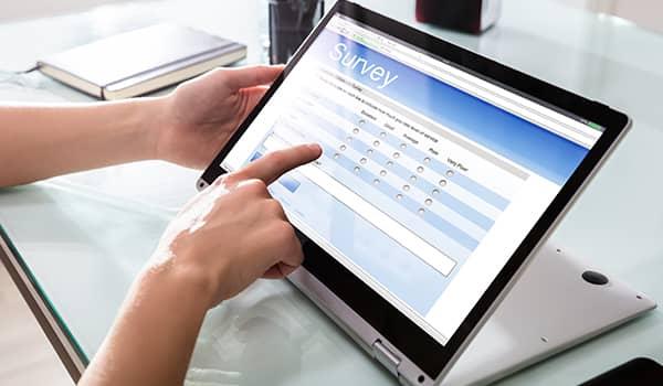 Eine Person nimmt an einer Umfrage am Computer teil.