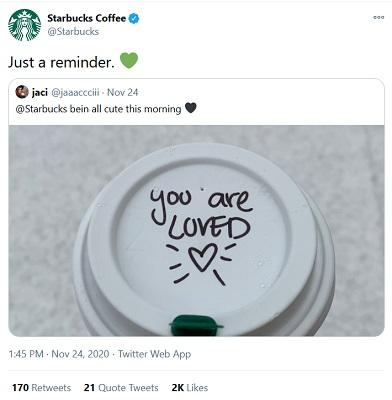 Ein Kaffeebecher von Starbucks mit Schrift auf dem Deckel.