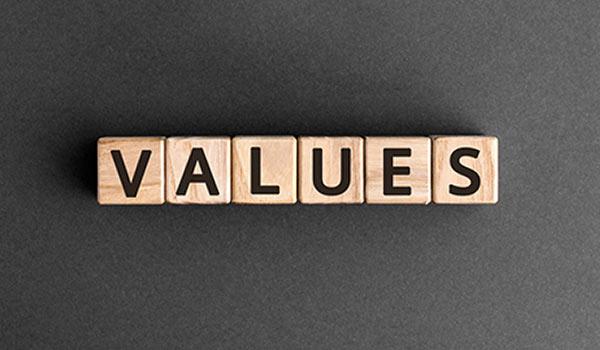 Eine Gruppe von Holzklötzen bildet den Begriff 'Werte'.