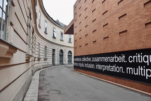 Auf die Seite eines Gebäudes wurde eine Botschaft geschrieben.