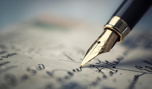 Ein Schreibfeder schreibt eine Nachricht.
