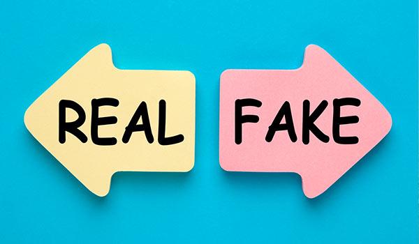 Zwei Pfeile, die in unterschiedliche Richtungen weisen, einer trägt die Aufschrift 'echt', der andere 'unecht'.