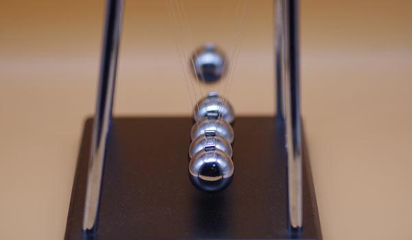 Ein schwingendes Kugelstoßpendel.