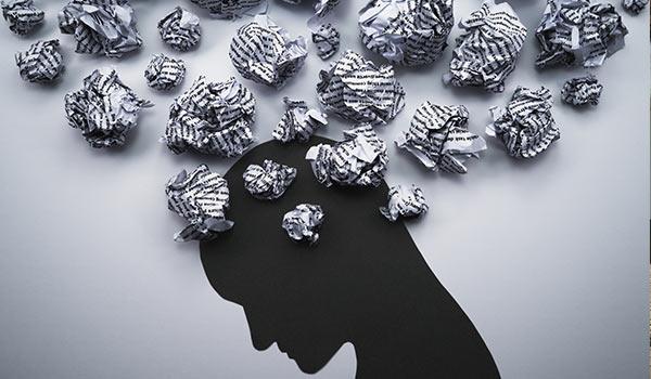Eine Person mit negativen Gedanken über ihrem Kopf.