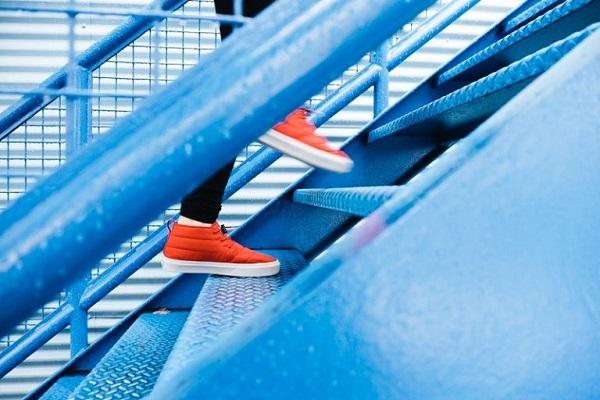 Eine Person geht eine Treppe hinauf.