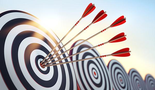 Eine Zielscheibe mit mehreren Pfeilen im Zentrum.