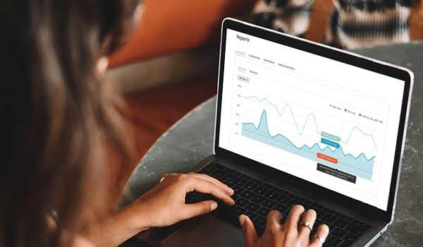 Eine grafische E-Mail-Auswertung auf einem Laptop.