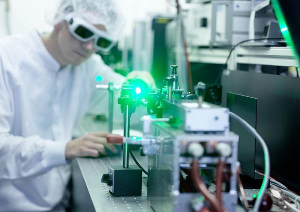 Ein Mitarbeiter bei Jenoptik arbeitet mit einem Laser.