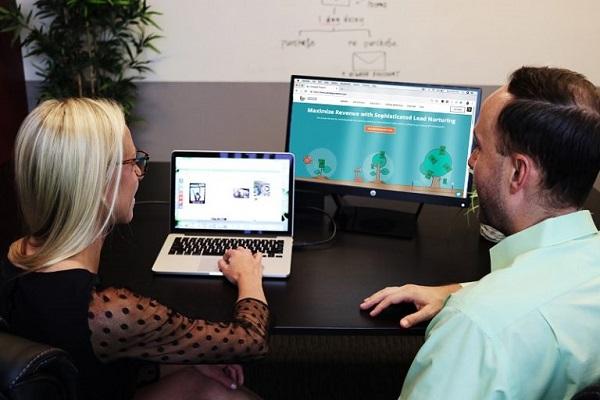 Zwei Mitarbeiter arbeiten am Computer.