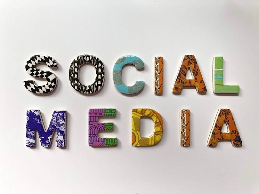 Verschiedenfarbige Buchstaben bilden die Wörter 'Social Media'.