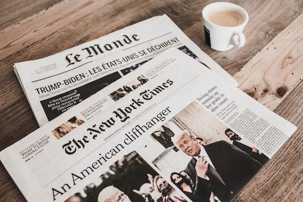 Titelseiten der Print-Ausgaben von New York Times und Le Monde.