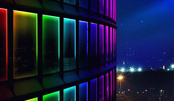 Ein Gebäude mit LED-Lampen an der Fassade.