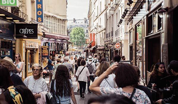 Kunden beim Einkaufen im Freien.