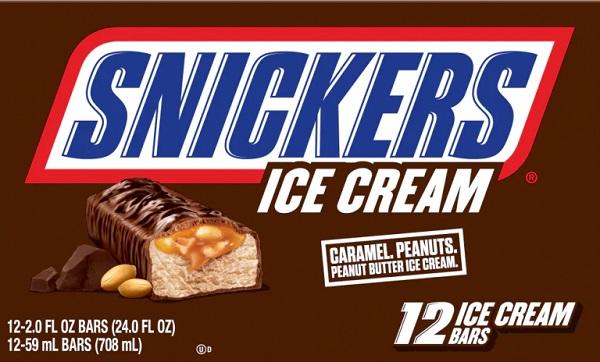Eine Packung Snickers Eisriegel.