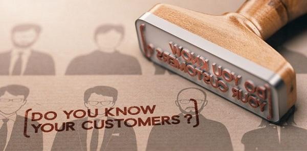 Ein Stempel mit dem Text 'Kennen Sie Ihre Kunden?'.