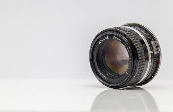 Eine Detailaufnahme eines Kameraobjektivs.