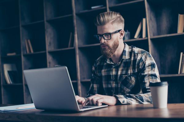 Ein Mann arbeitet an einem Laptop.