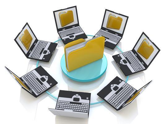 Mehrere Laptops im Kreis, die ein Abbild eines Dateiordners in Ihrer Mitte auf den Bildschirmen zeigen.