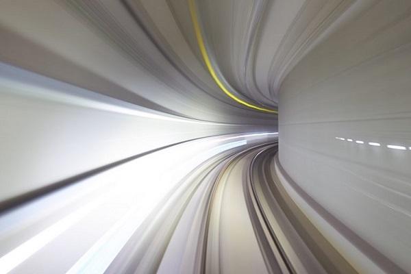 Eine Abbildung von einer schnellen Fahrt durch einen Tunnel.