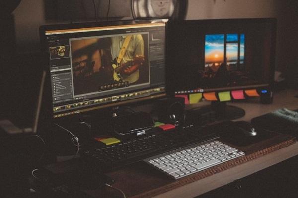 Zwei Computerbildschirme, auf denen ein Video bearbeitet wird.