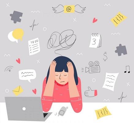 Eine Frau sitzt frustriert vor ihrem Laptop.