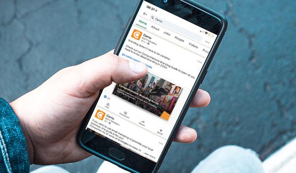 Der LinkedIn-Feed von Canto wird auf dem Bildschirm eines Telefons angezeigt.